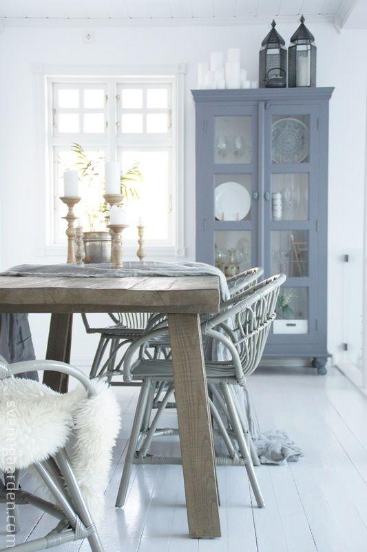 mooi wit met stoere tafel van oud hout en brocante vitrine! Vergelijkbare tafels en vitrinekasten te koop bij www.old-basics.nl (webshop & grote loods van 750 m2)
