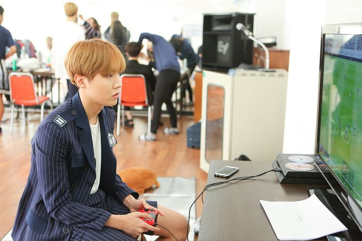 Chapter 2: What could they be doing in the waiting room?  They are enjoying their waiting time by playing games! J-HOPE who finished his preparations, starts the game first…