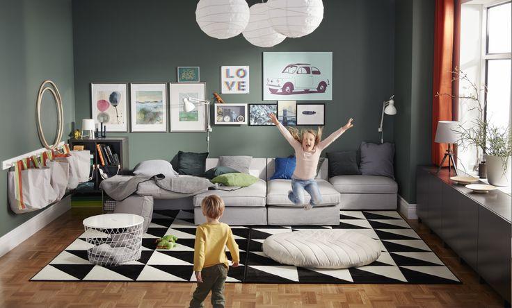 ¡Hay un #salón en nuestra sala de juegos! Cuando decoras tu salón con muebles resistentes que lo aguantan todo, como un sofá con fundas lavables, una mesita de centro invencible y un puf a prueba de aterrizajes, cualquier cosa puede pasar. Quizá también puedas tumbarte a ver tu serie preferida.