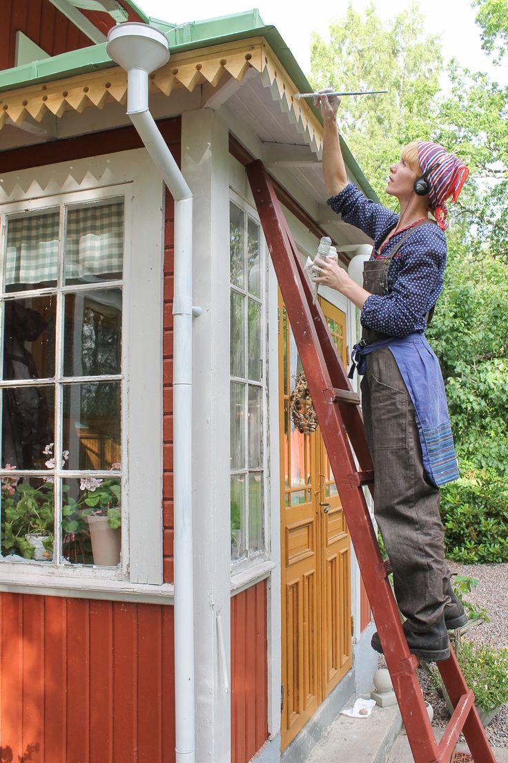 """Erika Åberg målar snickarglädjen på sitt hus. www.erikashus.se. Instagram: erikashus. Foto: Björn Åberg #byggnadsvård """"linoljefärg"""
