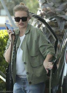 海外セレブスナップ | Celebrity Style: 【キャメロン・ディアス】ガソリンスタンドで給油中のお団子頭のキャメロン!