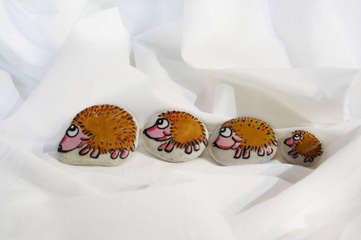 Sassi decorati con ricci fumetto famiglia animali collezione ricci marmo di carrara decorato oggetti arredamento casa collezione bambini di soniacrea su Etsy https://www.etsy.com/it/listing/507532048/sassi-decorati-con-ricci-fumetto