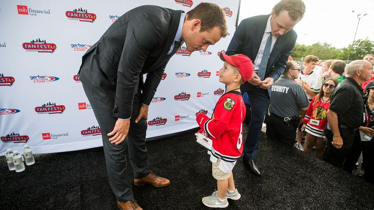 Jonathan Toews meets a young fan at the 2017 Draft Fan Fest.