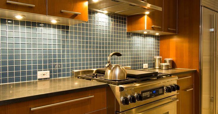 Cómo quitar el óxido del acero inoxidable. El acero inoxidable se está volviendo más popular en la cocina. La mayoría de los hogares tienen piletas de acero inoxidable, pero también los electrodomésticos de este material están adornando la cocina. Las piletas, los refrigeradores, los hornos y el lavavajillas de acero inoxidable se ven muy bien pero son más propensos a atraer el óxido que ...