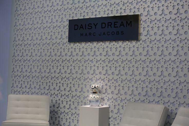 ¿Sabías que la primera presentación de Daisy Dream Marc Jacobs se realizó en NuevYork? #MarcJacobs #DaisyDream #Daisy #MJDaisyDream #Fragancias #Perfumes #Margaritas #Celestial