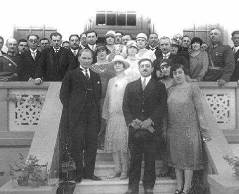 Atatürk Cumhuriyet kadınları ile birlikte