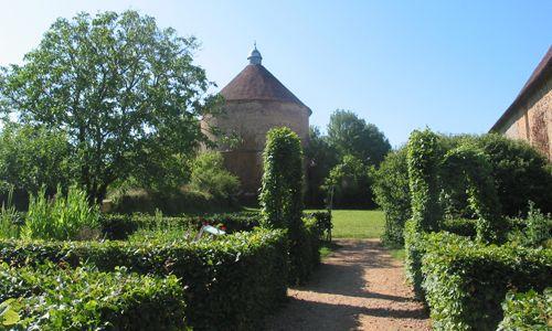 Un jardin d'inspiration médiéval, découpé en quatre carrés de plantation