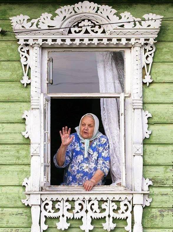 Родина, дом, бабушка, а в доме дедушка... Детство где-то далеко... и каждый думает и вспоминает своё...