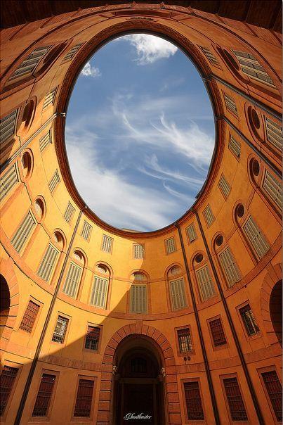 Rotonda Foschini , Corso Martiri della Libertà , Ferrara ;  piccolo cortile ovale interno , parte integrante della struttura del Teatro Comunale realizzato da Antonio Foschini e Cosimo Morelli ed inaugurato nel 1798 .