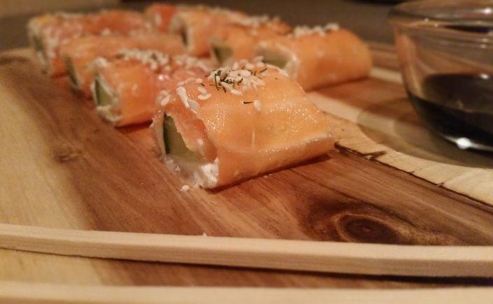 Zalm Sushi - zalm, roomkaas, komkommer, sesamzaad en dille