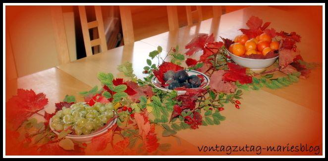 @vontagzutagmari Herbstlich gedeckter Tisch. Tischdeko mit Weinlaub und bunten Früchten wie Mandarinen, Weintrauben oder Feigen. http://vontagzutag-mariesblog.blogspot.co.at/