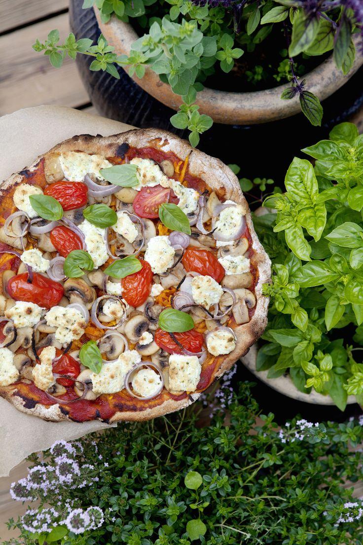 Denne opskrift på suveræn glutenfri pizza smager fantastisk. Den glutenfri pizza har en tynd og sprød glutenfri bund. Glutenfri pizza bages bedst på en pizzasten
