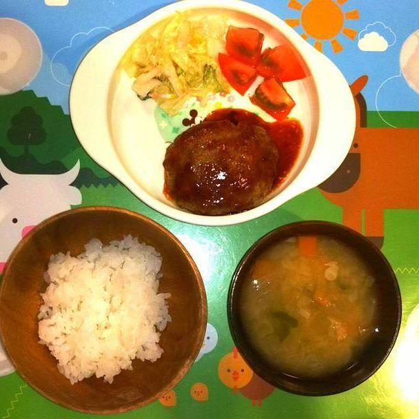 「クッキングアフロパパの簡単幼児食」 昨夜の晩ごはん編! ・ ①ハンバーグ ②白菜とツナマヨサラダ、トマト ③ご飯、味噌汁 ・ ハンバーグは、ちょっと前まで豆腐で作ったり卵なしで作ったりしてましたが、最近は普通のハンバーグで良くなったので嬉しいです! ・ #ファイト中田 #料理 #家庭料理 #幼児食 #簡単 #レシピ #パパ #親バカ部 #息子 #男の子 #子供 #2歳児 #可愛い#おうちごはん #晩ごはん #夕飯 #夜ごはん #ご飯 #ハンバーグ #肉 #白菜 #サラダ #ツナ #味噌汁 #主夫 #トマト #挽き肉 #マヨネーズ #完食