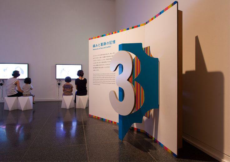 森美術館「ゴー・ビトゥイーンズ展」館内サイングラフィック 撮影:加藤麻希
