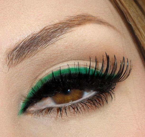 Double eyeliner: black and a bright color. Interesting, yet stunning.  Maybe I'll try this.