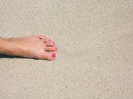 """Abbinare le unghie a un accessorio...Di grande impatto anche gli smalti """"sabbia"""", vernici nuovissime arricchite con piccoli granellini mat. Anche in questo caso, puoi scegliere di decorare un'unghia sola e dipingere tutte le altre in tinta, per esempio nei toni neutri come il beige o il taupe."""