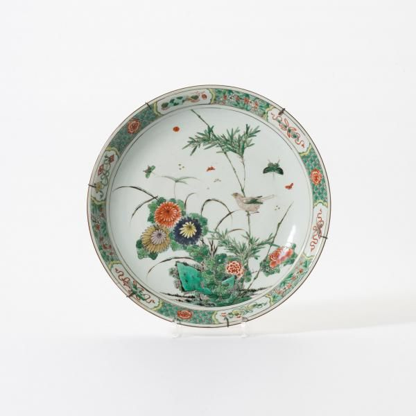 A 'famille-verte' dish - Kangxi With a decoration of a bird, insects and flowers by a [...], Art d'Asie à AAG (Arts & Antiques Group) | Auction.fr