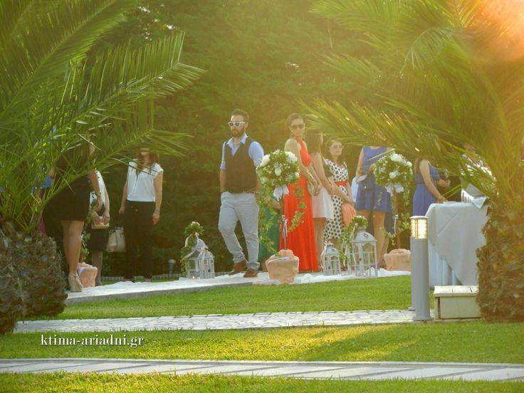 Ρομαντικός γάμος στο εκκλησάκι Αγ.Γεωργίου στο κτήμα Αριάδνη. Στιγμιότυπο με τους καλεσμένους που καταφθάνουν πριν δύσει ο ήλιος. Υπέροχη ώρα!