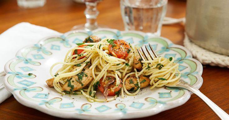 Italiensk spaghetti med kyckling och underbar sälta från sardeller. Härligt kryddad med vitlök och massor av färska örter.