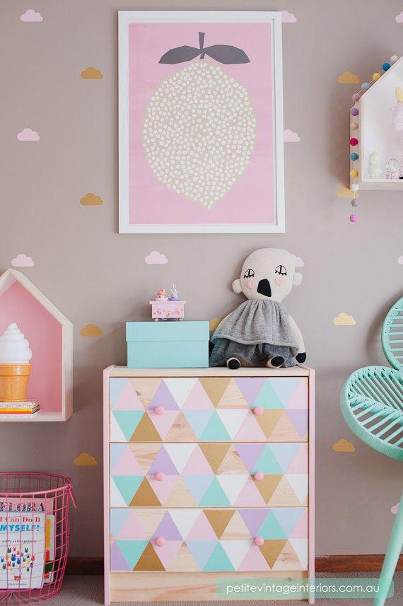 Sticker autocollant ikea Hack commode Malm chambre enfant triangles géométriques style scandinave pastel affiche citron  Chambre petite fille rose et verte menthe claire pastel commode triangle
