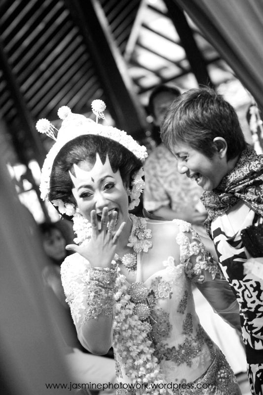 #Candid #weddingphotography funny moment #bride and her friend, #photo taken by #jasminephotowork #jakartaweddingphotographer #fotograferbali #weddingphotographyjogja   For more information and reservation  Contact: +6287839024507 / +6287860019495 / BBM 747274E1 Email: jasminephotowork@gmail.com  #weddingphotos #funnyweddingmoment #laughingbride #weddingday #weddingpictures