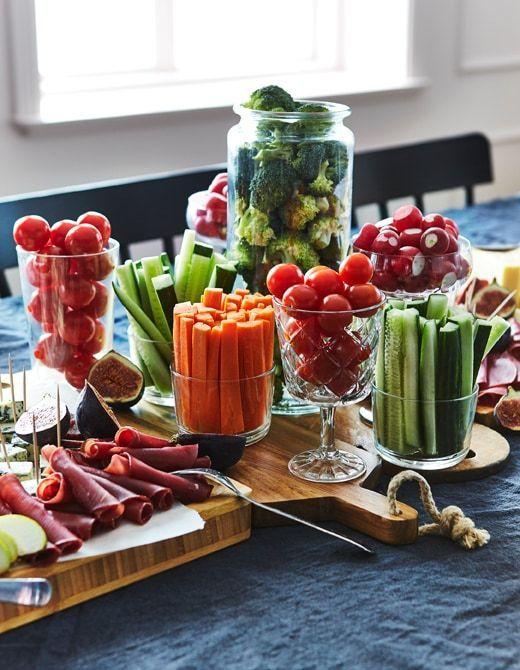 Fügen Sie eine Vielzahl von Fleisch und Käse hinzu, um ein leckeres Wurstbrett zu kreieren. (veganis …