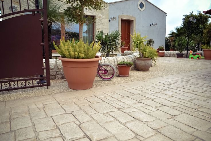 19 Ingresso con giardino / Basole e ghiaia a vista