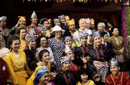 Staatsbezoek. de Koninklijke familie koningin Beatrix, prins willem-Alexander en prins Claus, tussen studenten van de academie in Minangkabau, Padang Panjang, Indonesië 30 augustus 1995.