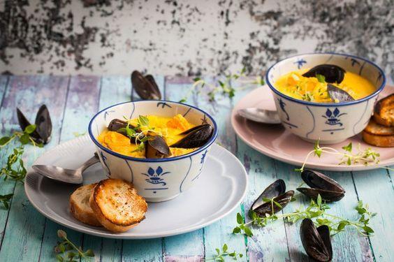 Fisksoppa med saffran är ett underbart recept som passar precis lika bra som förrätt som till en lyxig varmrätt en fredag eller lördagkväll. Perfekt att äta en ljummen sommarkväll på altanen, en ruskig höstkväll med massor av tända ljus eller varför inte till jul? En mycket användba