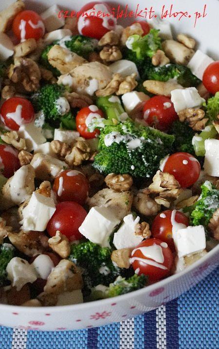 Sałatka z kurczakiem, brokułami, fetą, pomidorkami i orzechami
