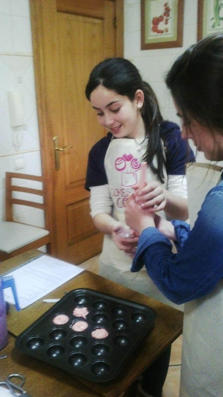 Haciendo cake pops de color rosa