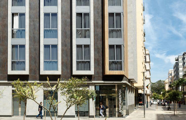 SUITES OFICENTRO, los servicios de un hotel con el espacio, la comodidad y la intimidad de un apartamento en pleno centro de #Málaga.   Equipados con la máxima calidad, se escogieron los productos cerámicos para #pavimentos, #revestimiento y #fachada de #PORCELANOSA Grupo.En los exteriores, se confió en el sistemas de colocación #XLIGHT URBATEK de la mano de Butech y, y además en los #interiores el equipamiento de #baño de NOKEN DESIGN. #Building #Tiles #Nox #Apartments #Facada #Facades