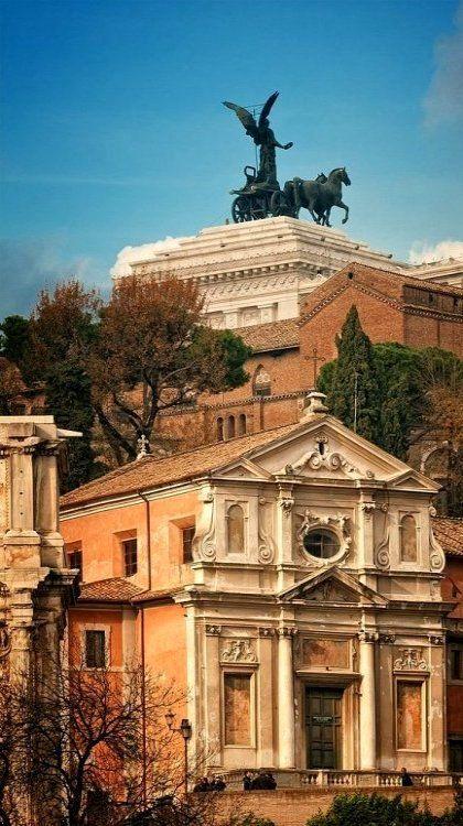 Roma, con uno scorcio del Vittoriano
