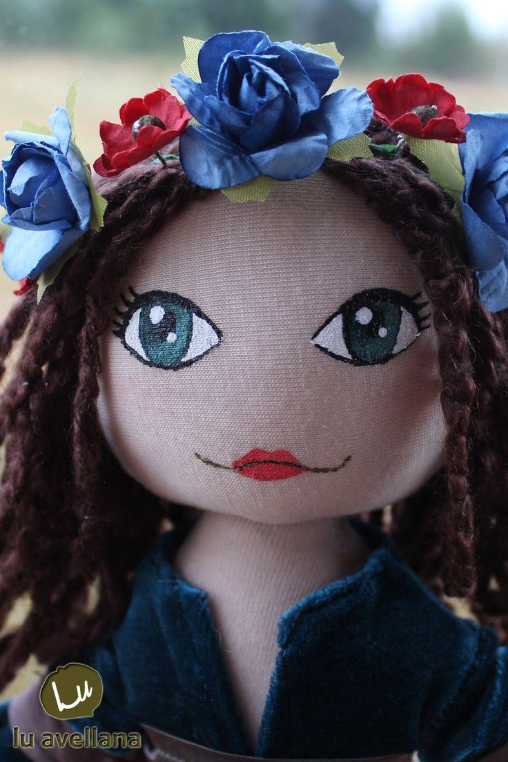 MANUALIDADES MUÑECA DE TELA – Princesa Celta con traje turquesa muñeca confeccionada en tela, con rostro pintado a mano. Traje de terciopelo con detalles de raso; inspirado en la edad media. …