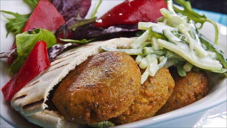Dette er sunn vegetarmat full av gode smaker. Falafel er stekte kuler laget av krydrede favabønner og/eller kikerter.  Server i pitabrød med hjemmelaget agurksalat.
