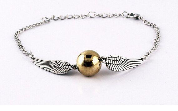 Bellissim bracciale con ciondolo BOCCINO DORO (GOLDEN SNITCH)  Il Boccino è piccolo, color oro con le ali argenti. Vola intorno al campo di Quidditch