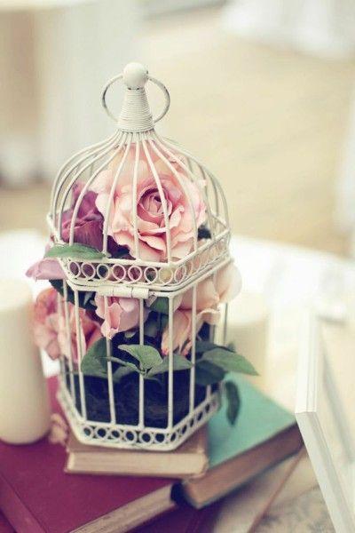 Sempre achei as gaiolas lindas, mas me parte o coração ver pobres passarinhos aprisionados. Felizmente, agora elas são usadas de diversas outras maneiras, abrigando arranjos de flores, fios ilumina…