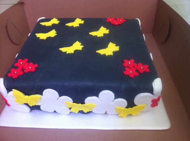 Torta de vainilla con decoración en fondant