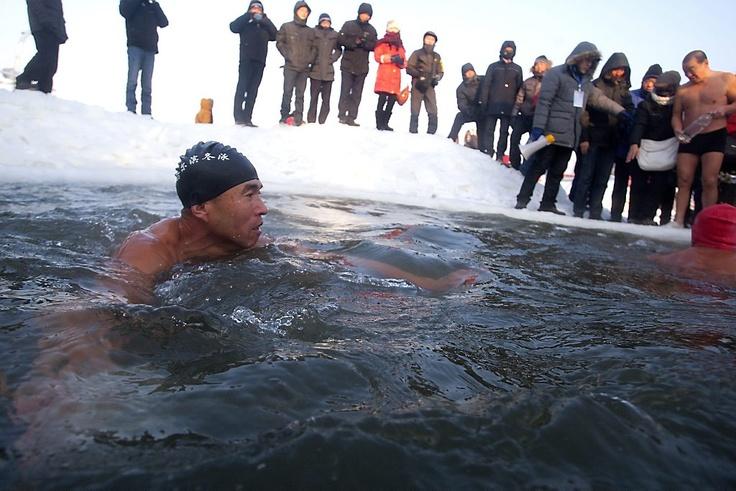 Chinezen plonzen in ijskoud water bij 26 graden onder nul (video) - Buitenland - Reformatorisch Dagblad