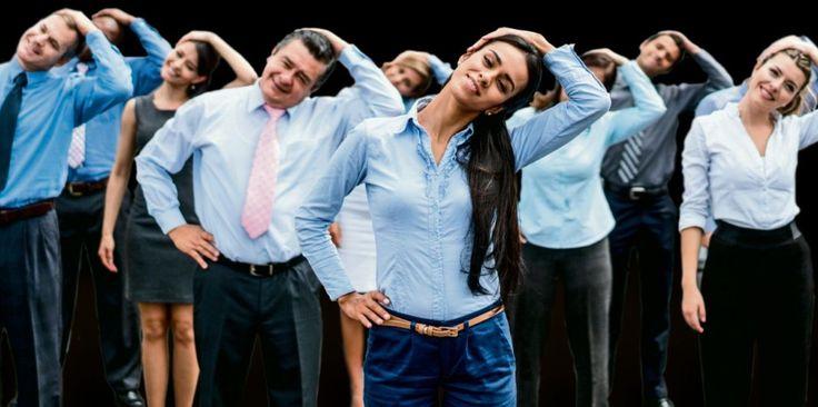 Businessyoga:  Geen koffiedip, nooit meer rsi en helemaal in balans op kantoor: yoga voor bedrijven is populair. Maar werkt het ook?