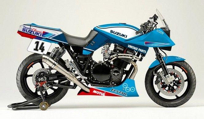 """今回はスズキUKが製作するスズキの旧車レーサーについて、ご紹介いたします! 鈴菌感染者はイギリスにも生息! タイトル画像のカタナは、スズキのイギリス法人(Suzuki Bikes UK)が来月製作予定のレーサーで、イギリスで開催されるバイクイベント「NEC Motorcycle Live Show」の会場ブースにて製作&展示されます。 エクスターカラーを纏ったカタナレーサーは、Suzuki Bikes UKが参戦する旧車レースの競技車両として使用されます。ショーバイクではなく、本物のレーサーなのです。オフシャルレーサーが旧車のカタナというだけでも凄い話なのですが、スズキUKの旧車愛はこれだけに留まりません! 昨年の同イベントでは油冷もレストア! なんと、昨年の同イベントでは油冷モデル「GSX-R750F」もレストアしていました! その様子を動画でどうぞ! わずか5日間のイベントですから、各パーツは事前にリビルドされており、それらを組み立てたワケですが、それでも短時間でここまで仕上げる""""鈴菌力""""……ではなく""""技術力""""には驚かされます! フルレ..."""