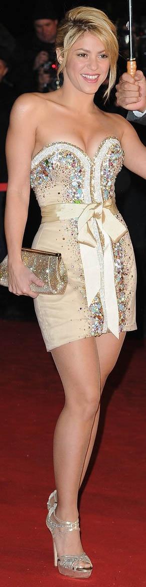 i really LOVE her dress! #shakira #strapless #glitter #shines #dress <3