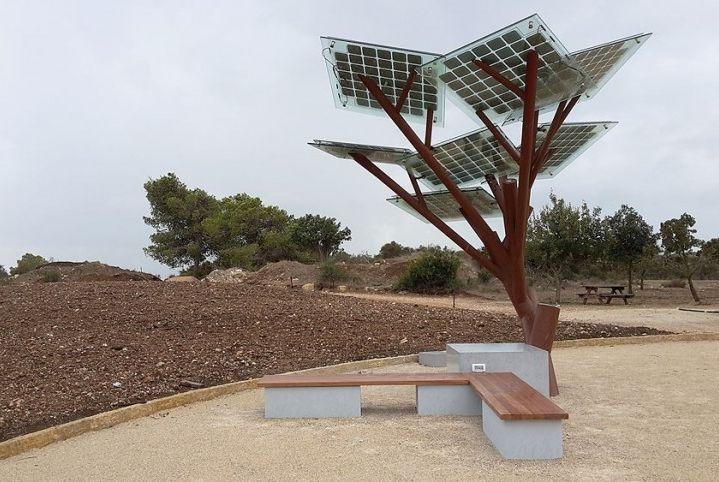 Az első E-fa az izraeli Ramat Hanadiv parkbanAz első / First E-tree in the Ramat Hanadiv park, Israeli  Forrás/source: sologic.com
