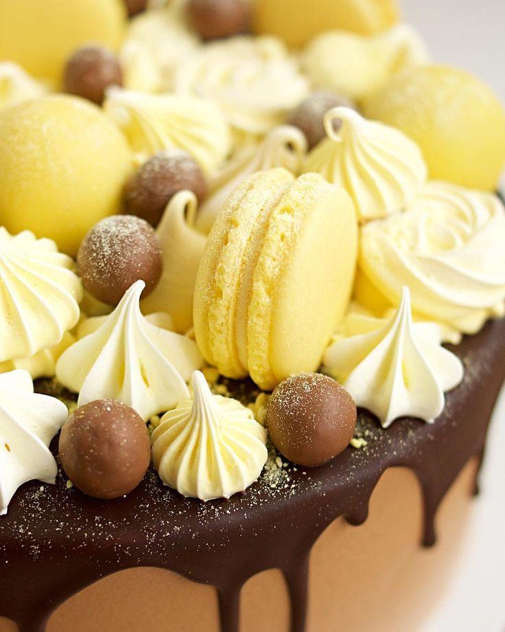 Еще один яркий солнечный тортик для дня рождения мальчика☀️✨ Внутри спрятались шоколадные бисквитные коржи, беленький сливочно-сырный крем, а снаружи шоколадный крем, стекающая глазурь, много безе, макаронс и даже кейкпопсы - желтые круглые шарики Тортик всем ооочень понравился!!!)