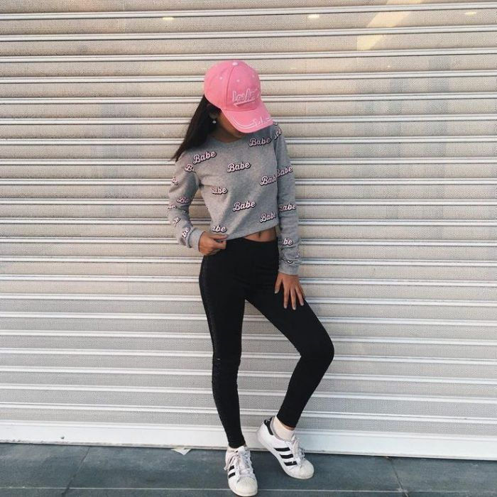 Look con ropa sport outfit ropa deportiva leggings negros gorra rosa sudadera