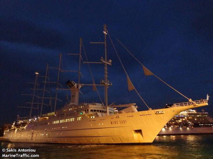 Το Wind Surf αποπλέει βράδυ από τον Πειραιά. 16/10/2013.