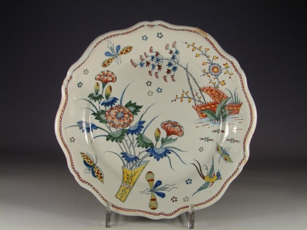 Assiette en faience de rouen d cor polychrome dit la for Assiette de decoration