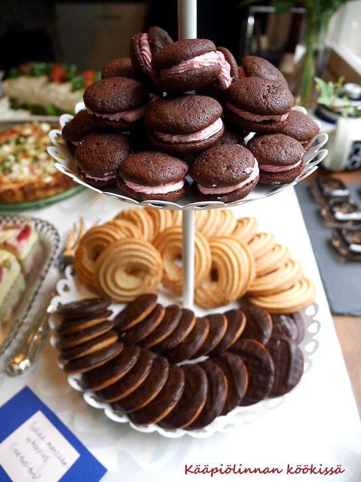 Yksi rippijuhlien suosikeista oli Tarun ohjeella  valmistetut mini-whoopiet. Ihania, pieniä herkkupaloja, joita tuli huomaamatta syötyä yks...