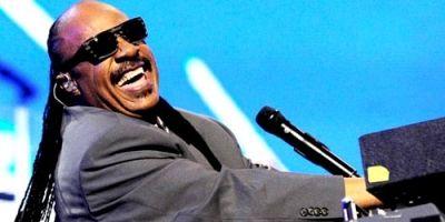 """Pozvao je publiku da u duhu Princea """"nauče kako istinski voljeti jedni druge"""". Stevie Wonder je na koncertu u Los Angelesu u petak otpjevao svoju verz..."""