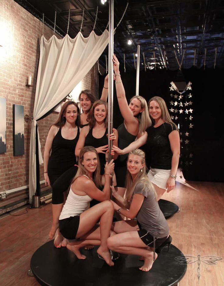 Activité enterrement de vie de jeune fille : cours de pole dancing entre amies!